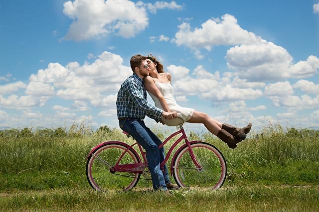 pár společně na kole