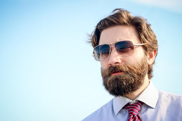 Vousatý muž s brýlemi