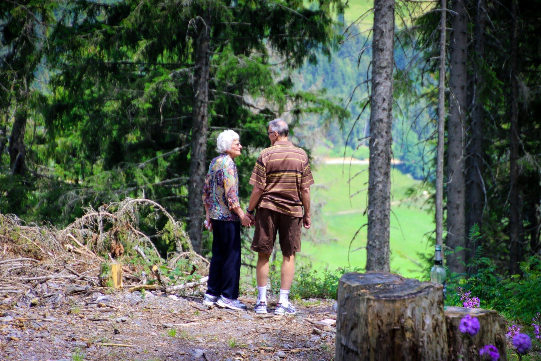 senioři na procházc